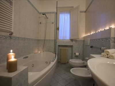 The bathroom with jacuzzi and stand up shower for a relaxing stay in Perugia