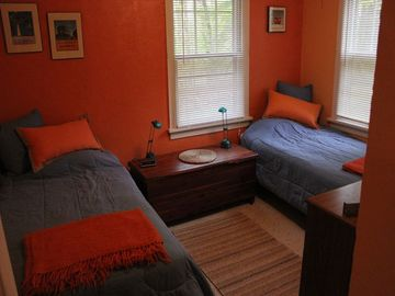 Back bedroom-twin beds