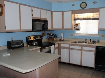3 BR / 3.5 BA TOWNHOME, DOG FRIENDLY 3 MIN. TO BEACH