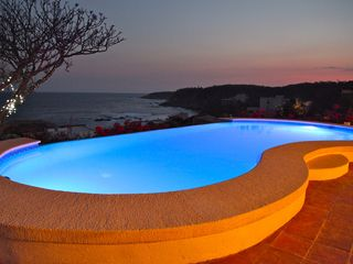 Huatulco villa photo - Watch the pool lights change color at sunset!