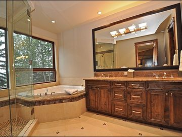 Master bath w/steam, jacuzzi
