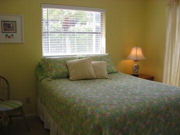 Wake up in this Sunny Poolside Bedroom w/Queensize bed - pool and lanai access!