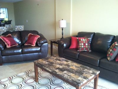 Spacious living Room w/ flat screen TV & new leather couches