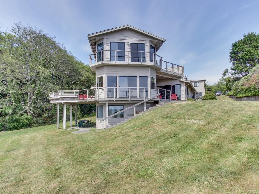 Stunning oceanfront dog friendly home with vrbo for Cabin rentals brookings oregon