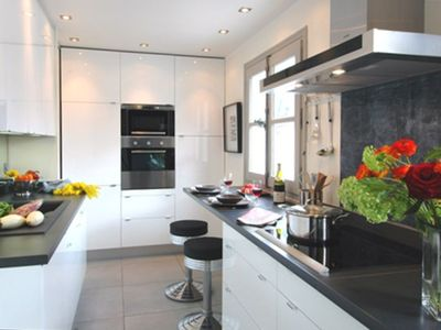 Gourmet kitchen furnished with wall to wall lacquered cabinets