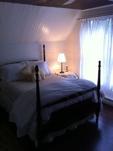 Yellow guest room, Queen bed