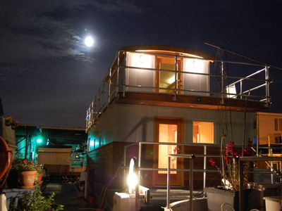 Modern house boat available month to month.  Lake Union - heart of the city!