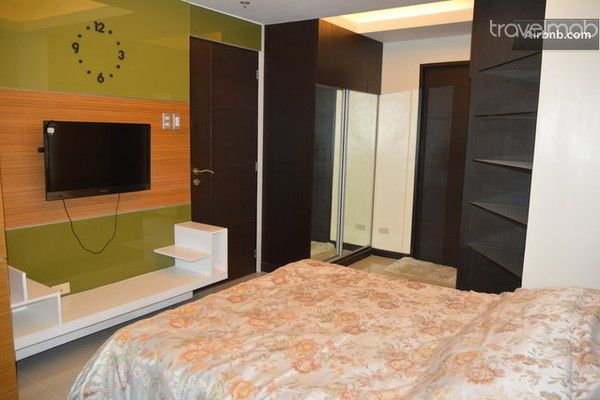 meubl condo 3br bgc metro manila homelidays. Black Bedroom Furniture Sets. Home Design Ideas