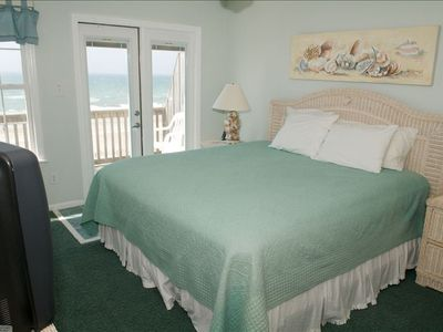 Third floor bedroom, ocean front, connecting full bathroom