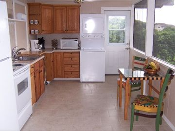 Kealakekua cottage rental - Ocean facing kitchen and dining area