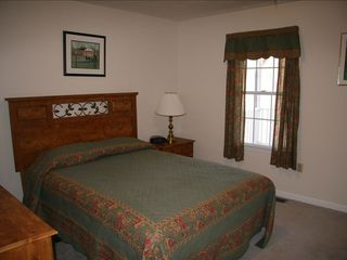 Luray lodge photo - Green Room with Queen Bed