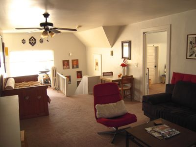 Cozy 1 Bedroom on Chicago's Northside 1 block to Train to City!  Sleeps up to 6.