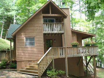 Lake Nantahala chalet rental - Entry side of house. sliding glass doors go out to access the front porch.