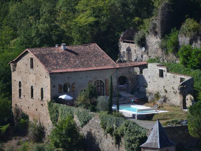 Katharerburg with heated pool at the edge of the Pyrenees, Wifi, 6-12 people