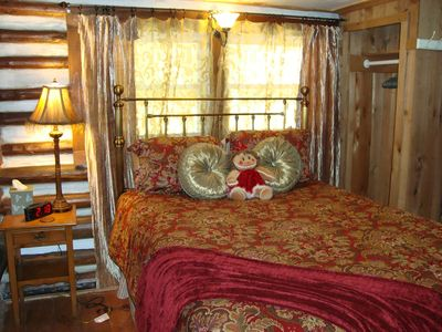 Cheerful Queen Suite w/log/chink walls, plush mattress, private bath w/Jacuzzi
