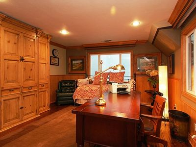 Lake Arrowhead house rental - Upstairs office w/ 2 trundle beds and tv