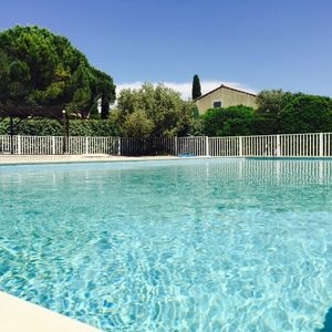 VILLA IN RESIDENCE AT THE FOOT OF LUBERON WITH SWIMMING POOL AND TENNIS