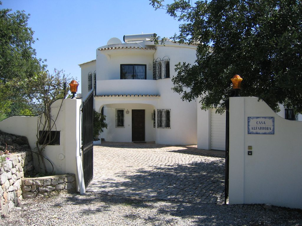 4 bed villa with pool, family friendly, on a hill behind Faro, great views.