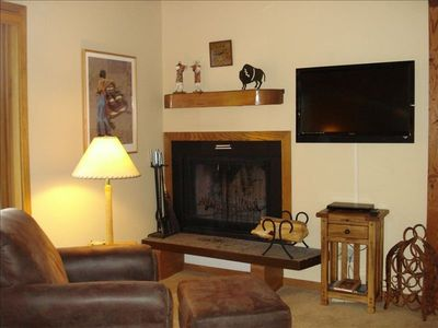 Comfortable Living Room With Fireplace And Large, New Flat-Screen TV!