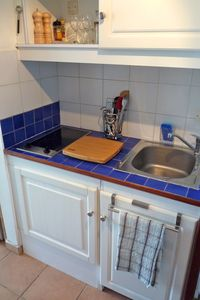 Marigot condo rental - Kitchenette with ceramic heater, chopping board, kitchen utensils complete.