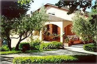 Assisi villa rental - A view of the house with in evidence the entrance porch of the large Apartment