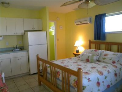 Bright, comfortable, newly remodeled, Clean & Fresh!! Five min drive to beach!!