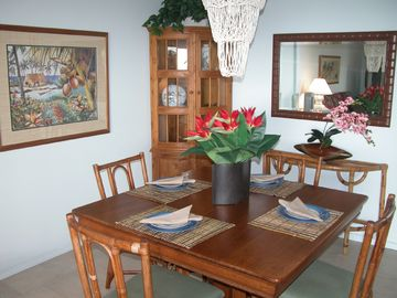 Light and bright dining room with Hawaiian charm