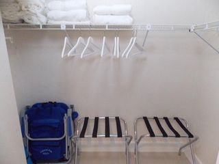 Miami Beach studio photo - Walking closet with Two Baggage Stands