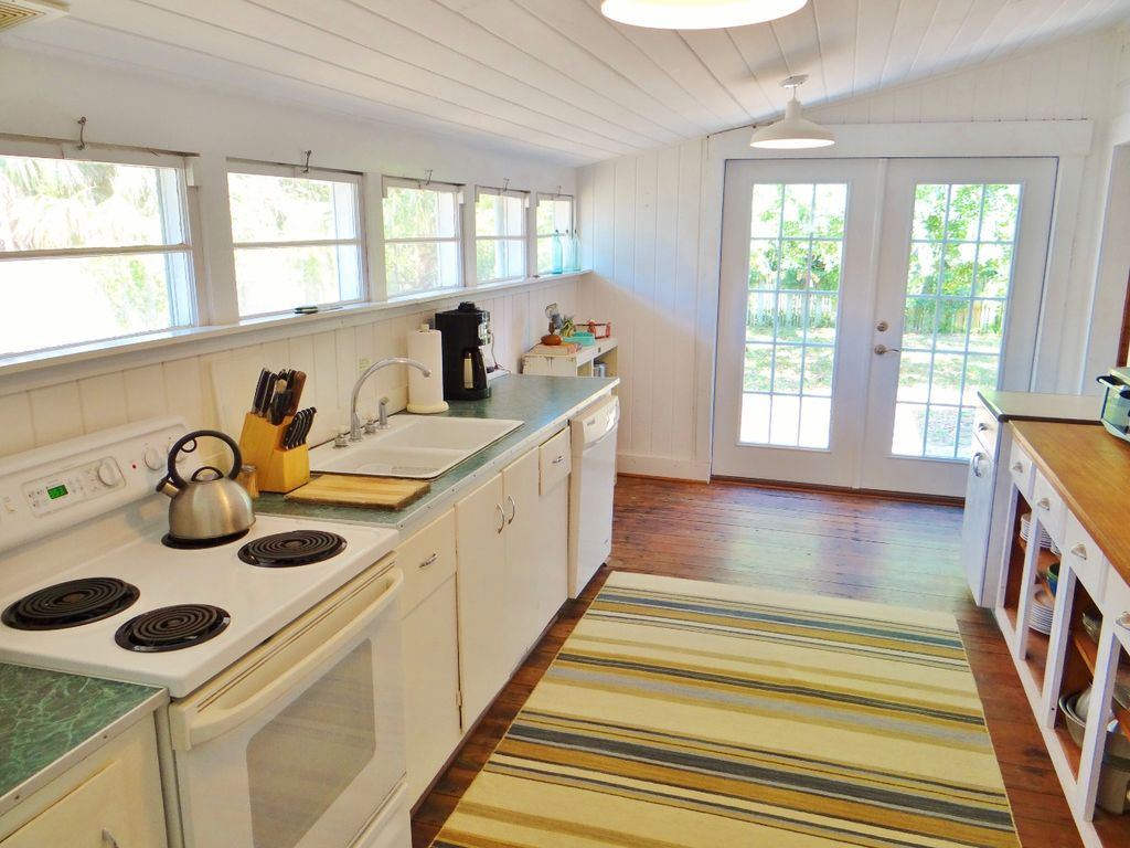 1930's style kitchen - Neptune Rising - a cottage to rent in Florida