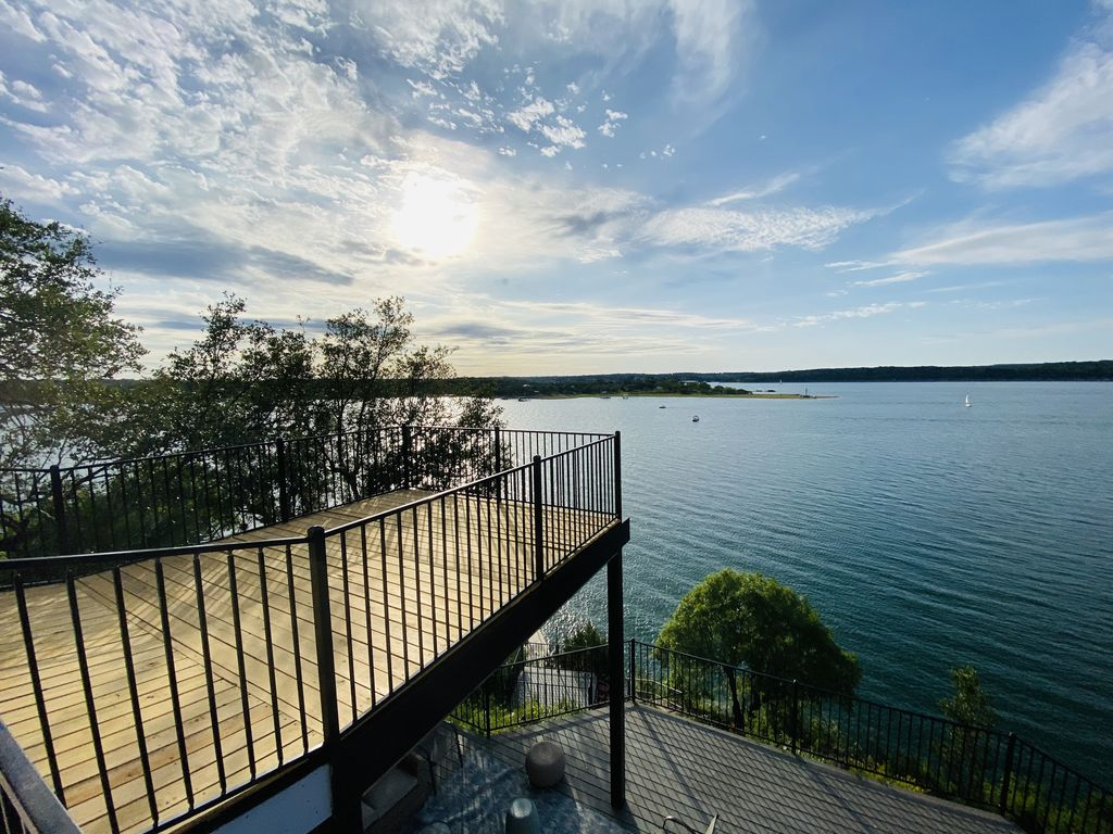 Quiet & Secluded! Lakefront! Relaxing Retreat on Lake Travis! Privet Boat Dock!