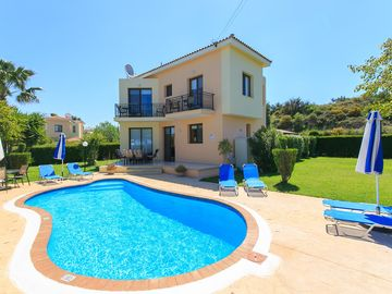 Villa Georgios: Large Private Pool, Walk to Beach, Sea Views, A/C, WiFi, Eco-Friendly
