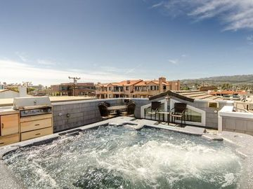 Roof deck with Jacuzzi, wet bar, grill and fridge