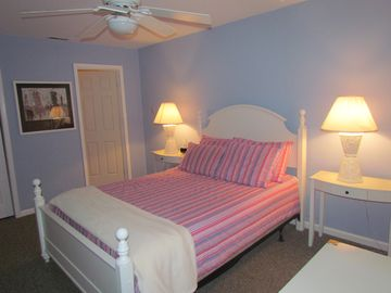 Master Suite w/queen bed-West side room w/bunk beds Private Bath Flat Screen TV
