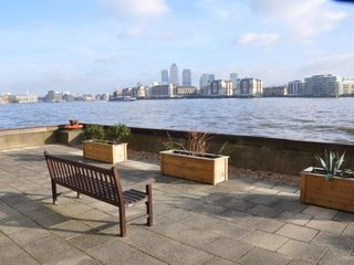 Canary Wharf & Docklands apartment photo - Communal riverside terrae