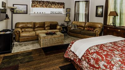 VRBO #670247  Suite #1 Accommodates 4 adults. 2 QUEEN BEDS, 1 BATH