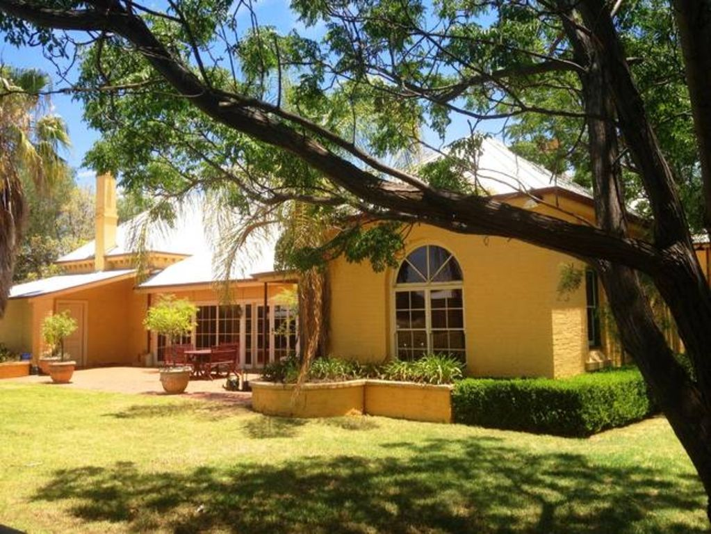 Ranelagh Guest House on acres in town 2km to CBD