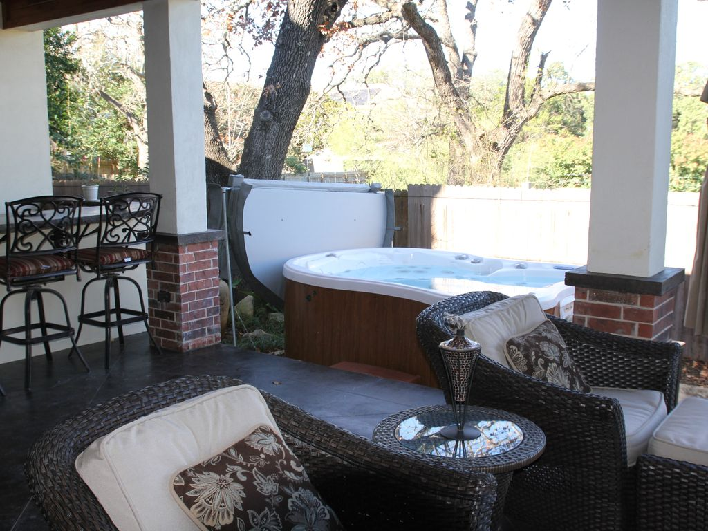 Perfect getaway. Hot tub, out door kitchen and Gourmet kitchen for all your need