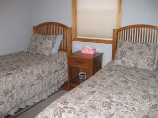 Arrowhead Lake chalet photo - Bedroom with 2 twin beds.