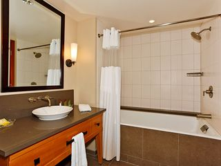 Ko Olina villa photo - Second Bath with shower/tub combo