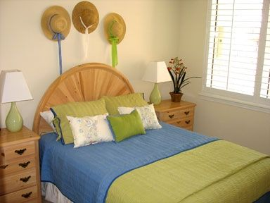 Calming, Sunny & Soothing. Come relax in our guest room with a queen bed/TV/DVD