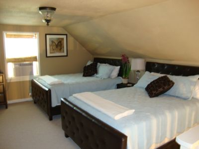 2 Queen beds in the loft