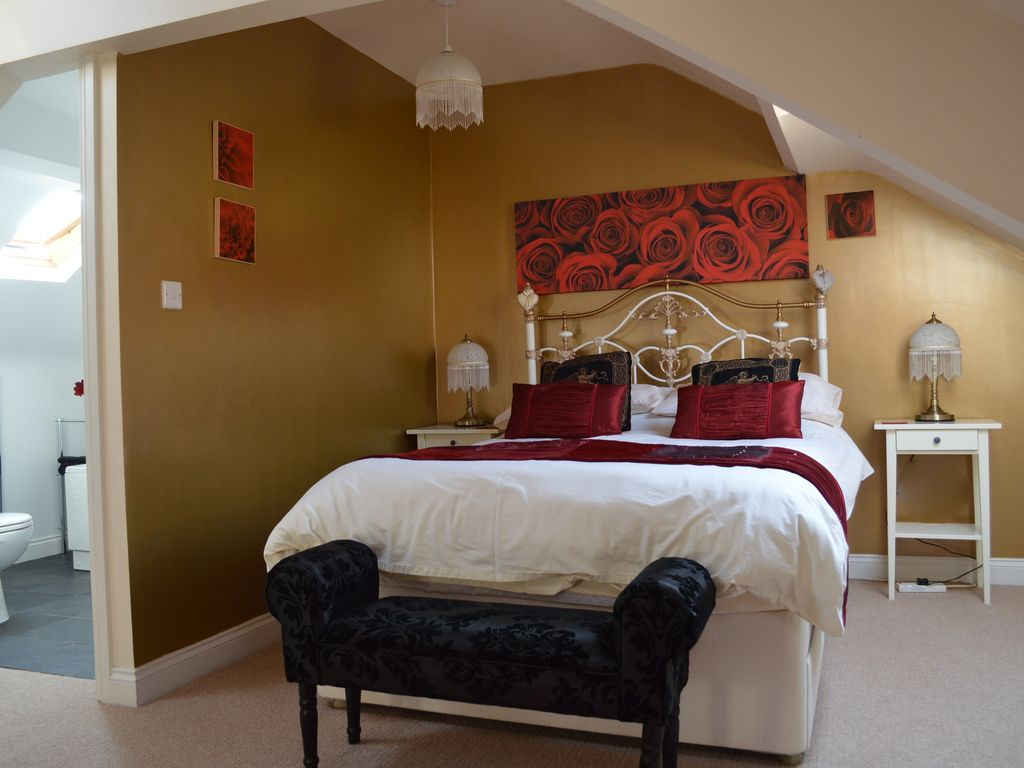 4 bedroom house near the beach in whitby 8080754 The master bedroom whitby