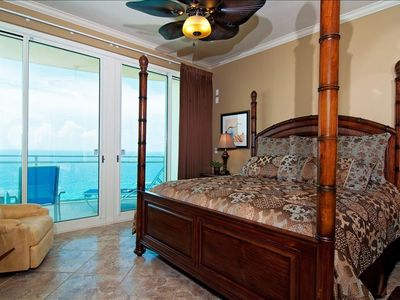 Master Bedroom, King Size Bed, 37inch HDTV, Recliner, Beach Front Balcony