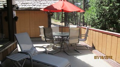 Seasonal Outdoor Patio Dinning for 6 plus chaise lounger with Panoramic views.