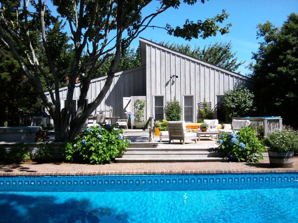 East hampton beautiful home near the bay w pool vrbo for East hampton vacation rentals