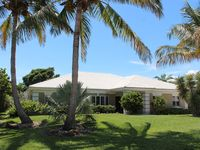 New Luxurious 4 Bedroom Beachside Villa-Steps to Private Beach