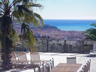 Modern luxurious villa in the hills above Nice-centre with extraordinary views, only 7 minutes from beach and city centre,  with pool, big tropical garden, private pool, airconditioning, ....
