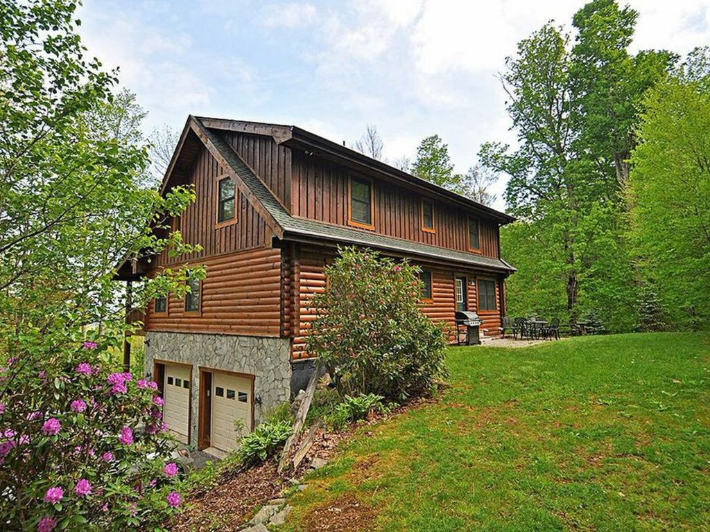 Large log cabin on app ski mtn blowing rock vrbo for Huge log homes