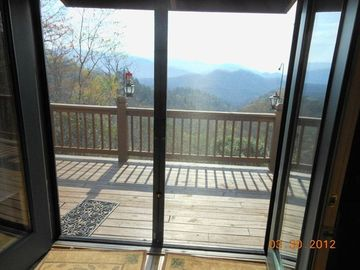 Retractable screen doors to enjoy the outside. Rarely do we need AC
