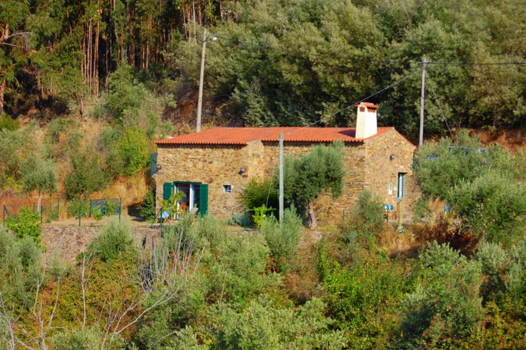 Lakeside stone cottage in peaceful Ribatejan countryside.